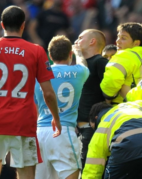 PICTURE: Bellamy Punches United Fan