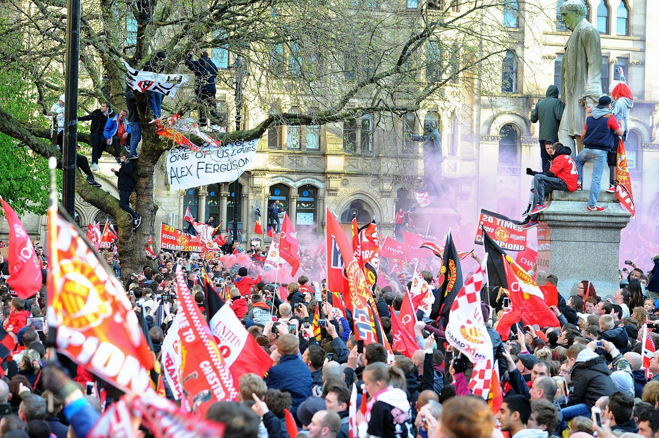 PICTURE: Manchester United fans celebrating during trophy parade