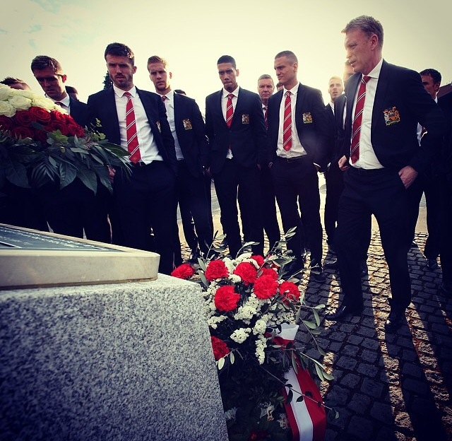 PICTURES: United players pay respect to Busby Babes at Munich