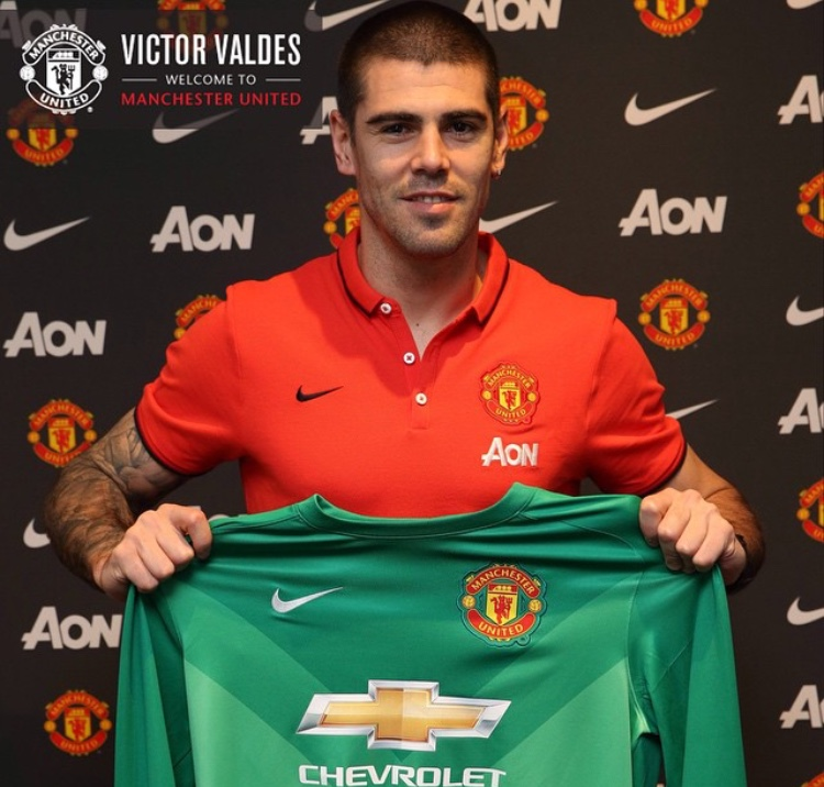 Valdes signs for Manchester United