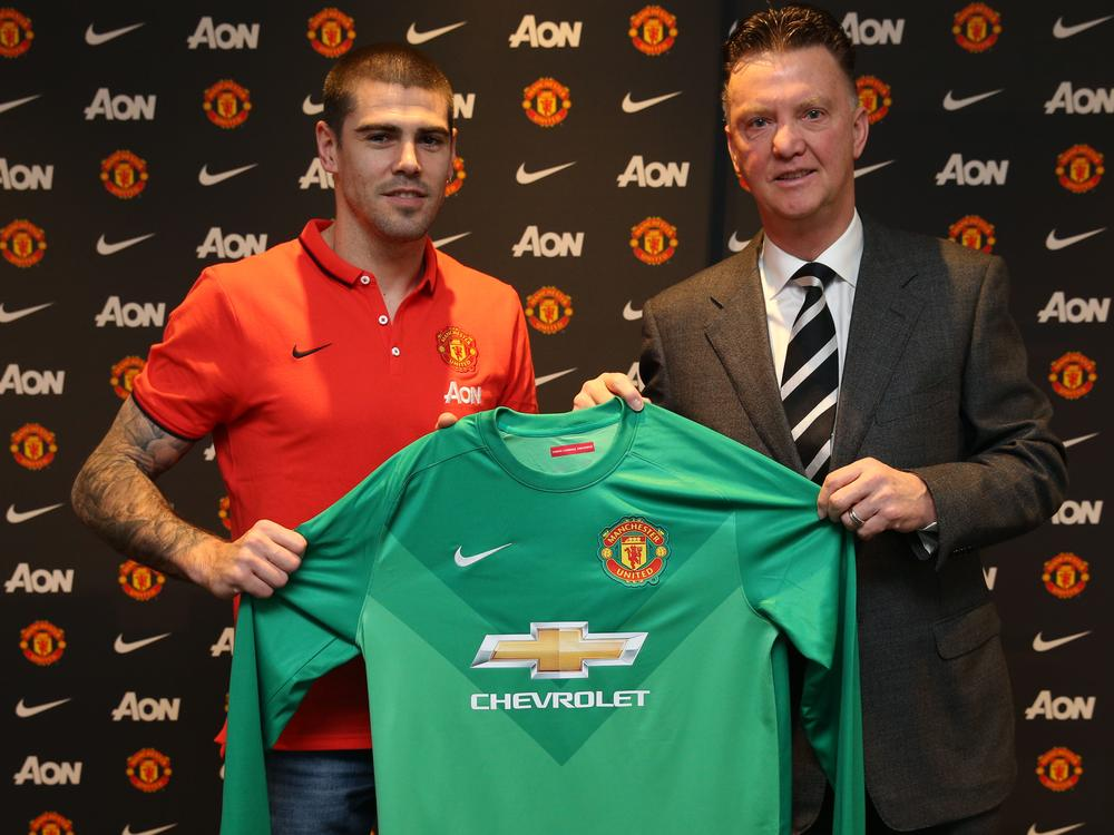 PICTURES: Valdes with United scarf, Van Gaal and shirt