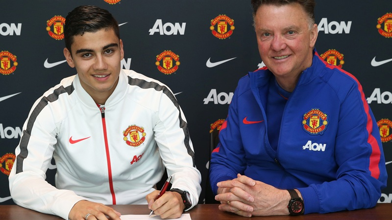 PICTURE: Pereira signs United contract