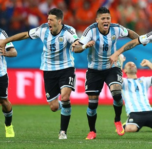 Who are Di Maria and Rojo sharing rooms with at the Copa America?