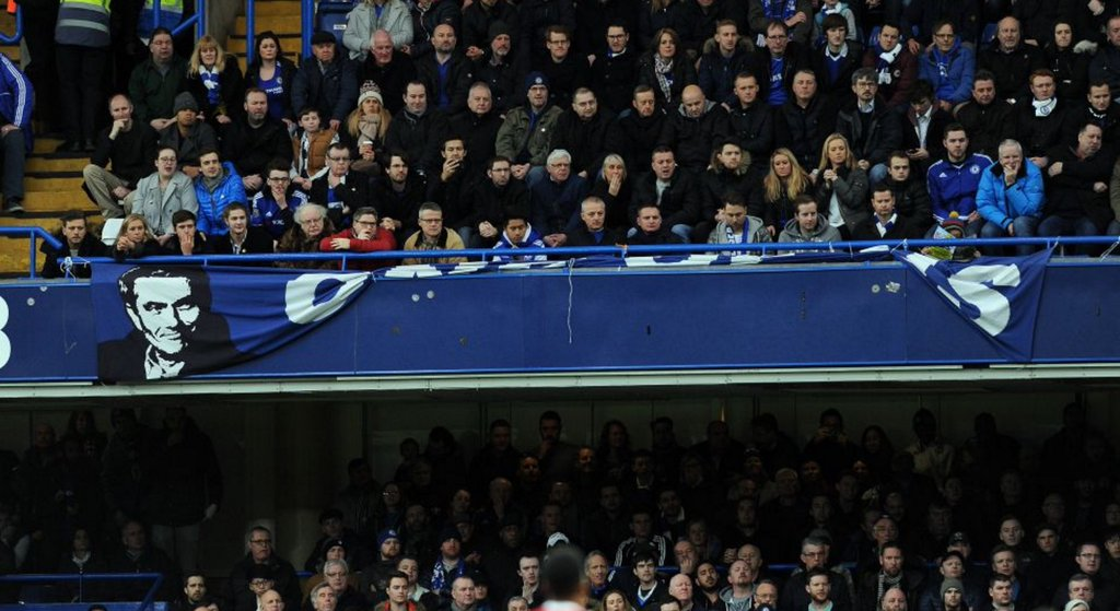 PICTURE: Chelsea fans remove Mourinho banner after United link