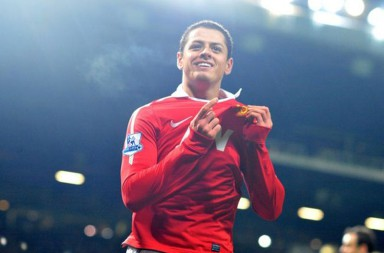 javier-hernandez-pointing-to-manchester-united-badge