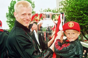 Peter-Schmeichel-celebrates-winning-the-Premiership-Title-with-his-son-Kasper